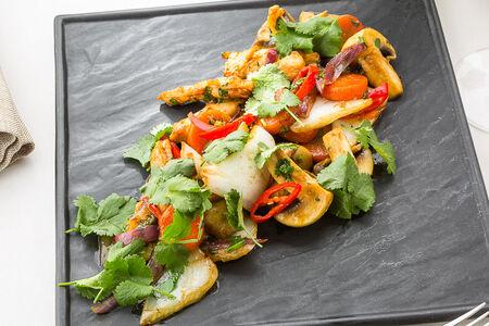 Салат с подкопчёным куриным филе и шампиньонами