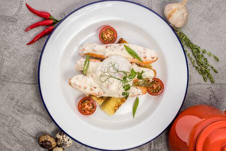 Филе лосося с яйцом пашот под икорным соусом