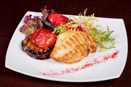 Куриное филе с домашним сыром и овощами гриль