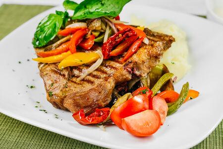 Стейк Тибон с жареным салатом из цукини