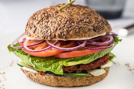 Вегетарианский бургер с овощной котлетой