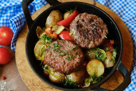 Бифштексы с печеными овощами на сковороде