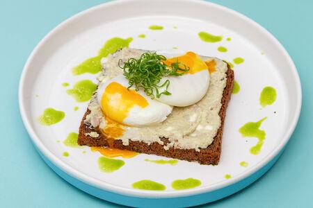 Тост с печенью трески и яйцом пашот