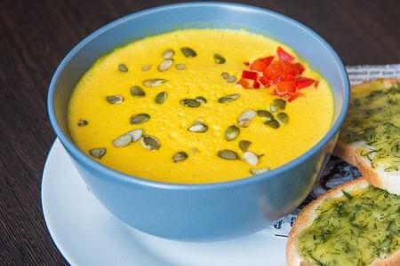 Крем-суп из тыквы с чатни из фиников