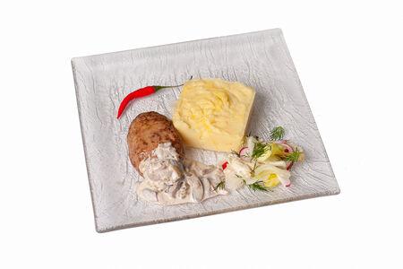 Котлета мясная с пюре и грибным соусом