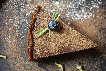 Шоколадный черничный тарт