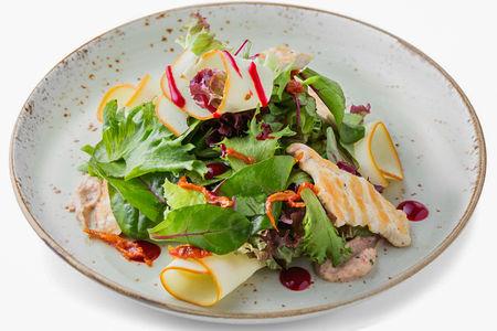 Салат с копченым сулугуни и курицей