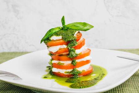 Салат Капрезе со свежими томатами и моцареллой