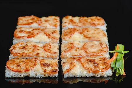Суши пицца с лососем