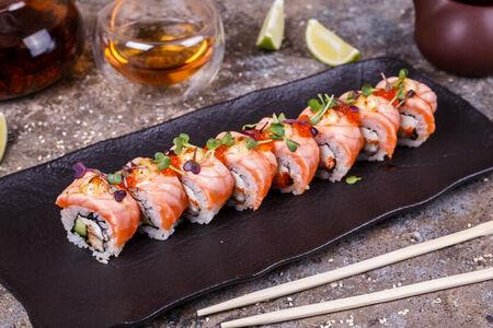 Запеченный сливочный ролл с лососем и красной икрой