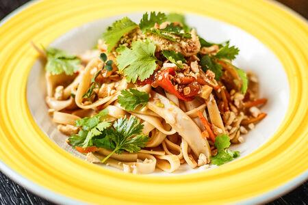 Жареная лапша с кальмаром в тайской стиле