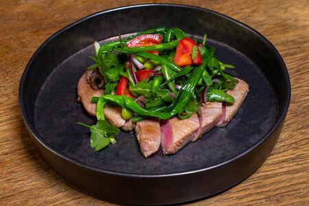 Филе тунца с зелёным луком, бобами и анчоусами