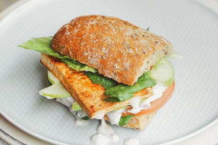 Вегетарианский сэндвич с тофу, яблоком и кешью соусом