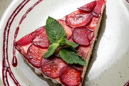Тарт творожный со сливой