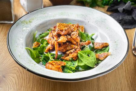 Салат с курицей и карамелизированными орехами