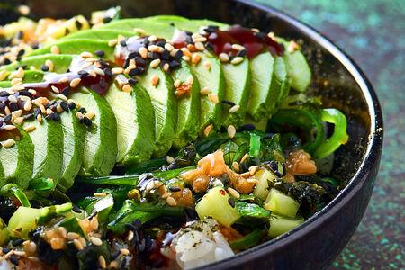 Поке с авокадо, овощами и водорослями с рисом