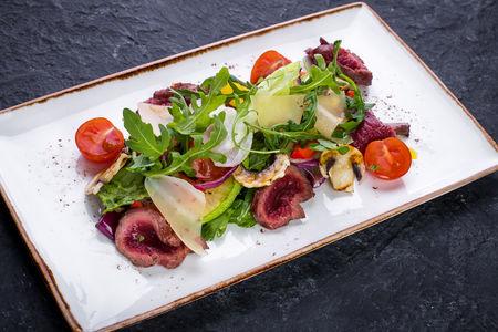 Салат с говядиной и овощами на гриле