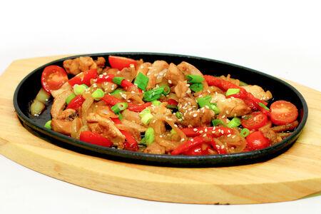 Сковородка с курочкой, томатами и кунжутом