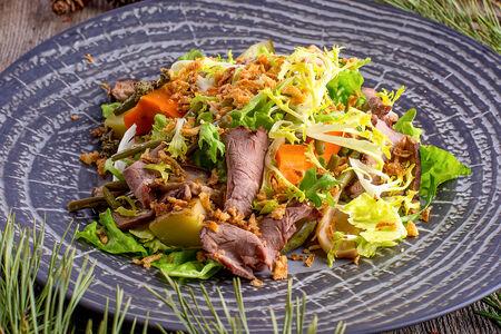 Теплый салат с белыми грибами и телятиной