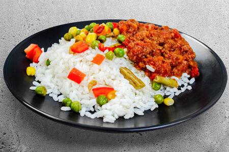 Рис с овощами и мясным соусом