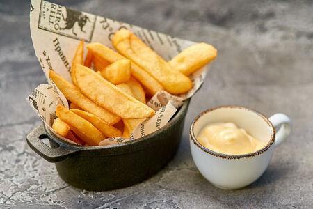 Картофель фри с соусом из голубого сыра