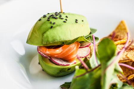 Авокадо-бургер с лососем