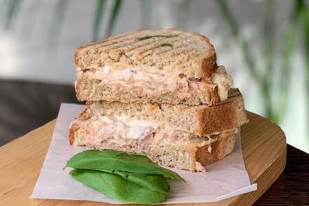 Теплый сэндвич с тунцом и сулугуни