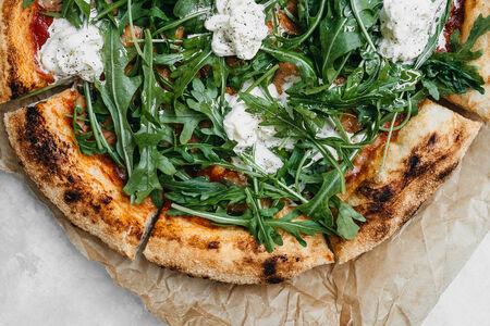 Пицца со страчателлой и рукколой
