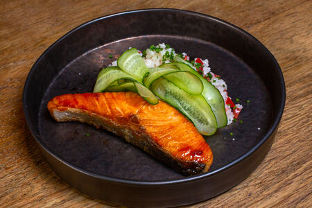Филе лосося с рисом и свежими огурцами
