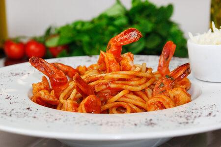 Спагетти с креветками в томатном соусе