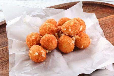Сырные шарики с сыром халапеньо