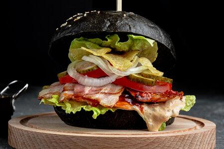 Бургер Ко-Ко на гриле барбекю с курой