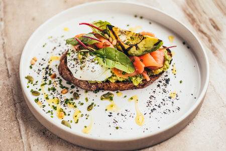 Злаковая брускетта с лососем и авокадо