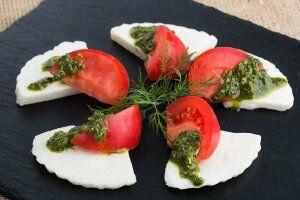 Сыр Домашний, с помидорами и зелёным соусом