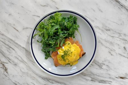Тост с лососем и яйцом пашот