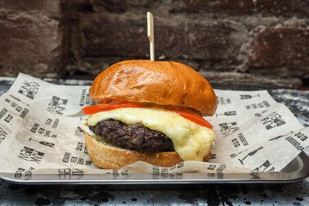 Бургер с котлетой из мраморной говядины и сыром раклет