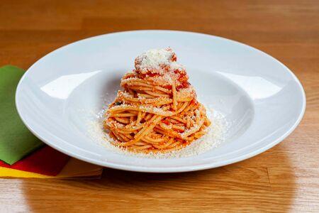 Спагетти с томатным соусом и базиликом