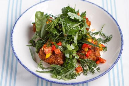 Салат с обжаренными телячьими мозгами и болгарским перцем