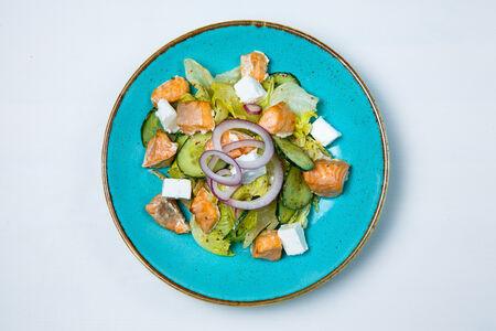 Салат с лососем и свежим огурцом
