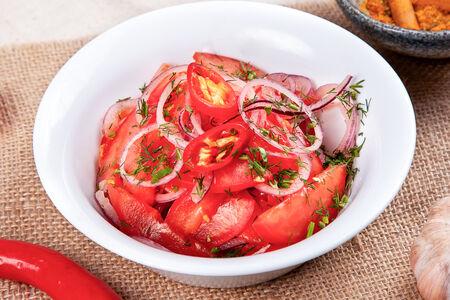 Салат из сладких томатов и острого перца