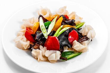 Кальмары с овощами