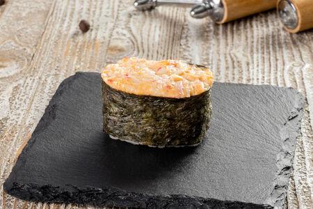 Суши с острым крабом