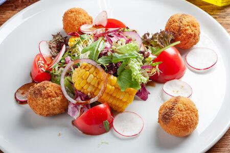 Салат с моцареллой и миксом из овощей