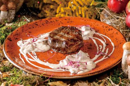 Медальон из говядины с грибным соусом