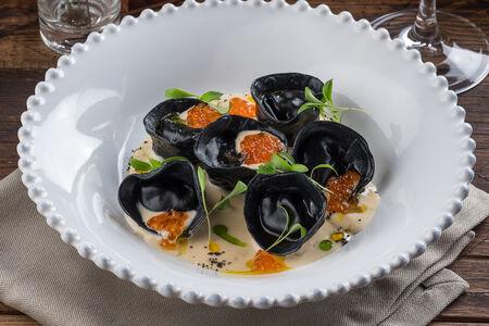 Черные равиоли с лососем и икрой