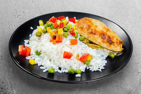 Рис с овощами и куриной котлетой