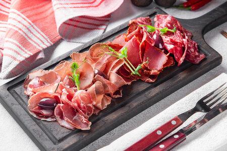 Сырокопченые и сыровяленые мясные деликатесы