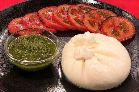 Буррата с сочными томатами и соусом песто