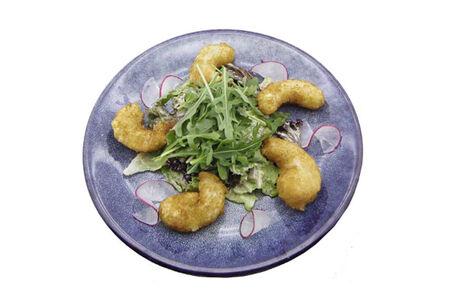Салат с креветками фри