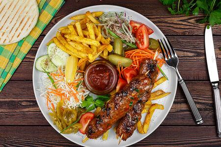 Шах-гриль кебаб говяжий на тарелке